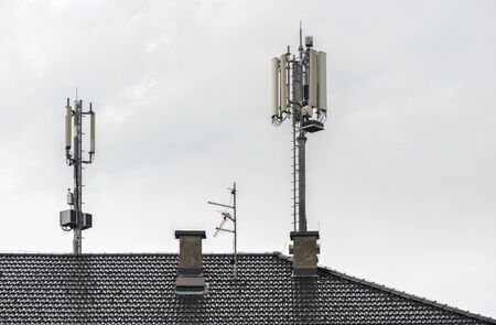 5G antennas on top of house. Antennas and transmitters on roof. High speed mobile internet concept. Zdjęcie Seryjne