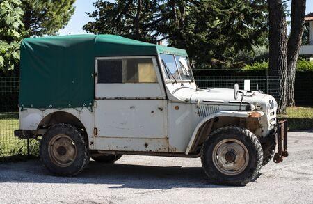 Old off road vintage vehicle. Banco de Imagens