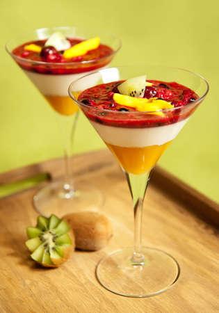 Panna cotta met mango, kiwi en bos vruchten  Stockfoto