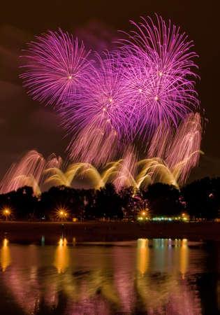 물에 반사와 호수에 큰 불꽃 놀이,