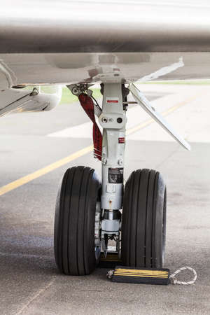 Wing landing gear of a commercial airplane