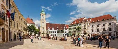 Mensen bezoeken Belangrijkste Stad plein in de oude binnenstad op 8 mei 2013 in Bratislava, Slowakije. Bratislava is de meest bevolkte (462.000) en de meest bezochte stad in Slowakije.