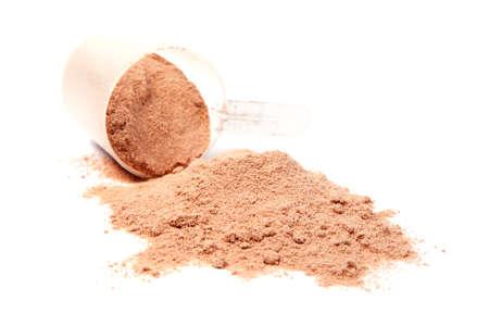 흰색 배경에 고립 된 초콜릿 분리 유청 단백질의 특 종