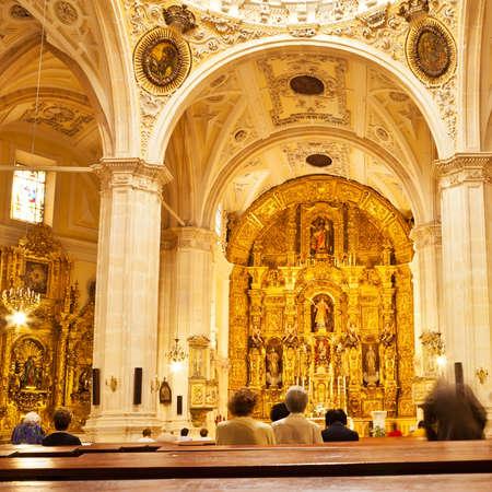 religion catholique: Personnes pendant la messe dans l'�glise catholique de San Lorenzo � Burgos, Espagne