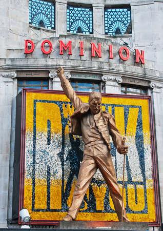 queen's theatre: Freddie Mercury statue above the West End