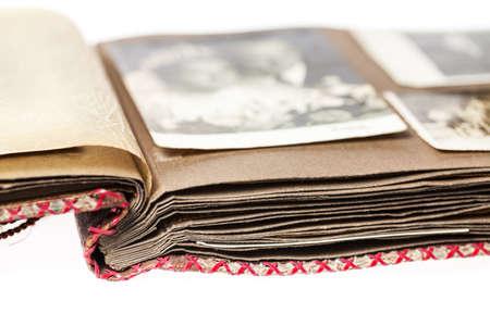 Open oud fotoalbum met wazig beeld van een pas getrouwd echtpaar