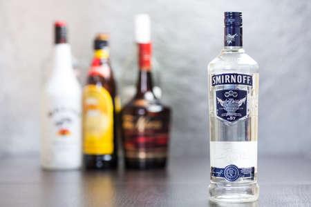 Botella de la marca Smirnoff Vodka Azul The Smirnoff fue establecida alrededor de 1860 en Moscú, de Piotr Arsenievich Smirnoff y ahora es propiedad y está producida por Diageo desde el Reino Unido; vodka significa agua en ruso Foto de archivo - 24841590
