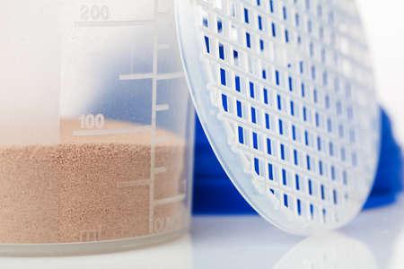 Shaker en proteïne poeder op wit wordt geïsoleerd