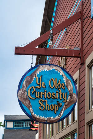 pike place market sign: Sign above the entrance to the Ye Olde Curiosity Shop, a souvenir shop on Central Waterfront of Seattle  It was founded ni 1899 and owned by four generations of the same family
