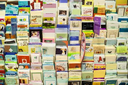 Ansichtkaarten en wenskaarten weergegeven op een rek, te koop, in een souvenirwinkel in Vancouver centrum