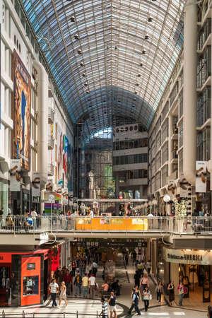 eventos especiales: TORONTO, CANAD� - 10 de mayo de 2007: Toronto Eaton Center es el centro comercial y complejo de oficinas en el centro de Toronto que ofrece directorios de tiendas, eventos, informaci�n y servicios de arrendamiento de los inquilinos.
