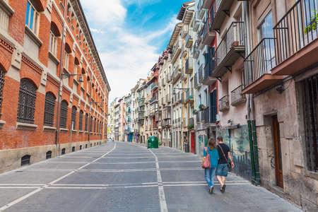 PAMPLONA, SPAGNA - 10 SETTEMBRE 2012: Edifici in Calle Nueva nel centro di Pamplona. La città è famosa per il festival di San Fermin in cui i tori corrono e inseguono la gente per le strade della città.