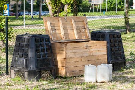 도시 정원에서 나무와 플라스틱 퇴비 상자
