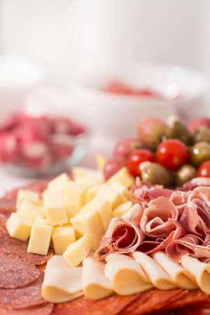 pancetta cubetti: Vassoio con pancetta, cubetti di formaggio, salame, prosciutto; decorate con uve