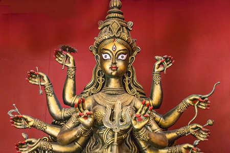 hindues: La diosa Durga cobre ídolo acabado retrato de detalle. La diosa Durga es adorada por los hindúes en la India y en el extranjero y representa la victoria del bien sobre el mal.