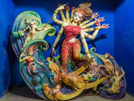 hindues: Terracota ídolo de Durga estilo artístico retrato de detalle. La diosa Durga es adorada por los hindúes en la India y en el extranjero y representa la victoria del bien sobre el mal. Foto de archivo