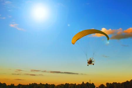 シルエット スポーツの夏の太陽の活動の極端な飛行します。