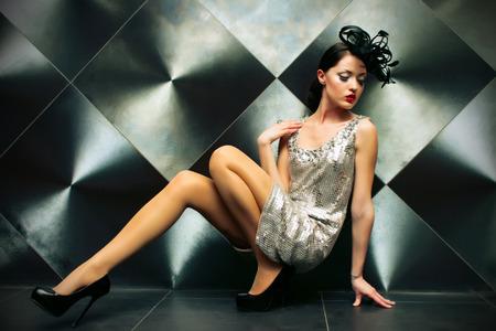 バーレスクの衣類で床に美しい女の子
