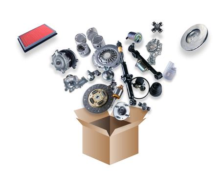 mecanica industrial: Muchas piezas de repuesto que vuelan fuera de la caja en el fondo blanco