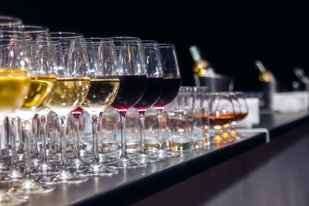 赤と白のワインの試飲のワイングラス 写真素材