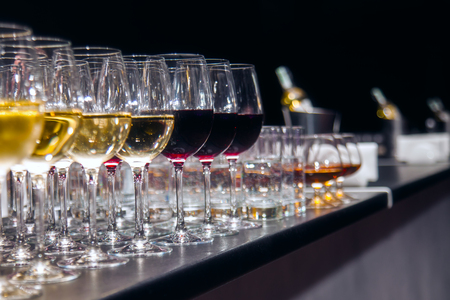 Red and white wine Glasses for wine tasting Foto de archivo