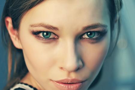 ojos verdes: Retrato hermoso soleado de una niña con los ojos verdes