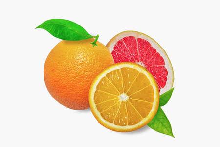 pomelo: Naranja y pomelo en el fondo blanco con las hojas