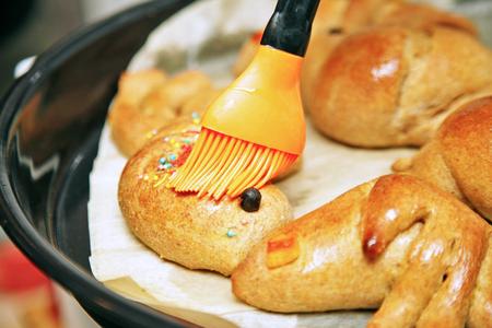 haciendo pan: Hacer pan de masa de amasar, bollos se cierran para arriba