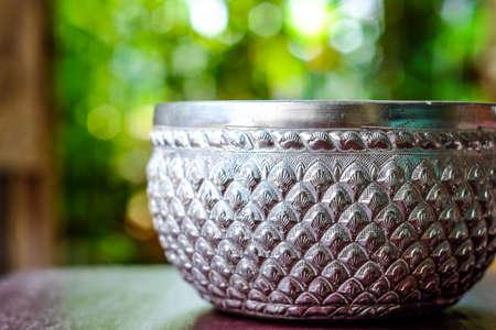 bokeh 배경 (그릇 은색)에 은색 그릇