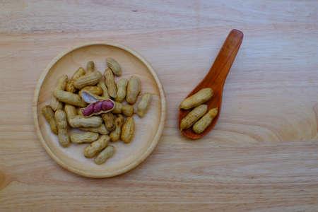 Stapel gekookte pinda'spinda's op houten plaat voor verkoop