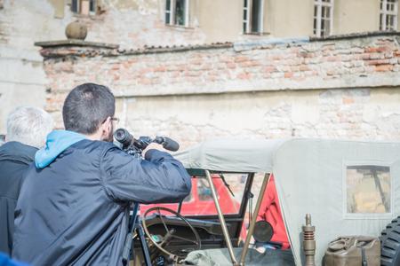 Video reporter filminoutside local car meeting, generic 免版税图像 - 122140367