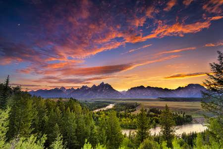 グランド ・ ティトン国立公園, ワイオミング州のヘビ川を見落とすで色鮮やかな夕焼け