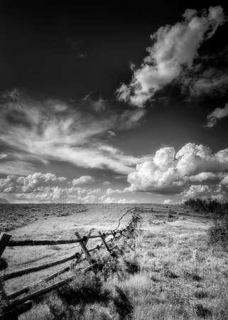 enclosing: Recinzione che delimita la terra dove le scene occidentali nel film Shane sono state girate in Wyoming