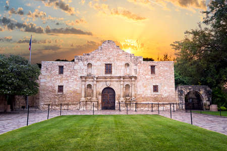 Vnější pohled na historické Alamo krátce po východu slunce