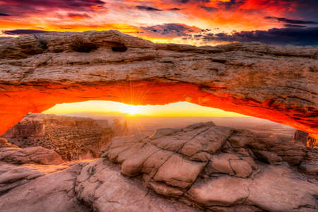 Sunrise at iconic Mesa Arch  in Canyonlands National Park 版權商用圖片
