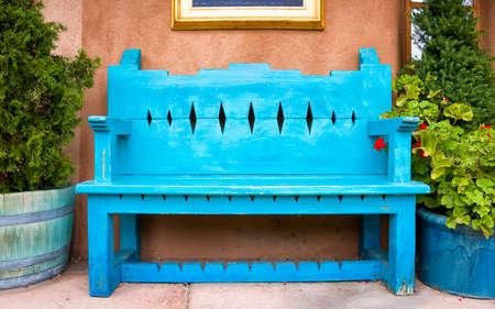 サンタフェ、ニュー メキシコ州のギャラリー外アンティーク木製ベンチ