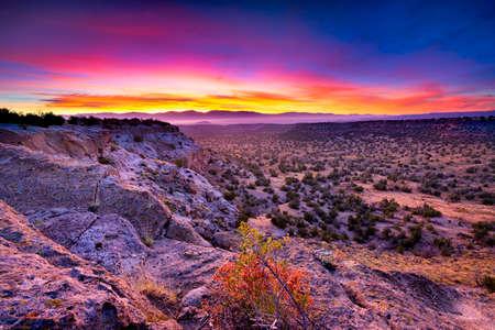 desierto: La salida del sol de oro sobre Bandelier National Monument, NM
