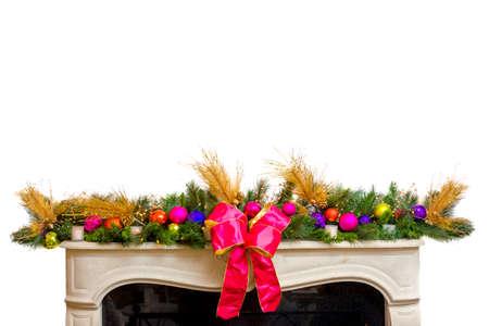 mantel: Elegante corona che adorna la parte superiore di una mensola del camino a Natale, isloated su bianco