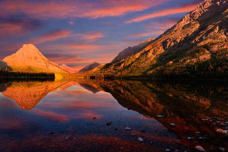 jezior: Wspaniałe refleksje na temat Two Medicine Lake w północnej Montanie o świcie Zdjęcie Seryjne