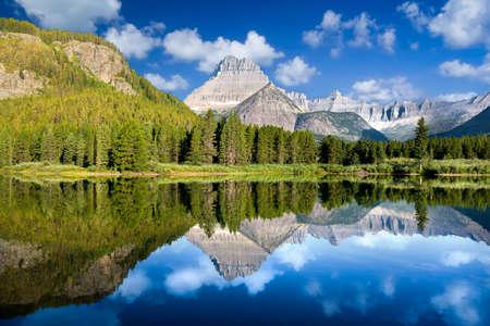 Peaceful calm reflections on Lake Josephine in Glacier National Park Standard-Bild