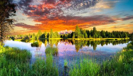 táj: Kora reggel gyönyörű kilátás nyílik a Snake River és Tetons Wyomingban Stock fotó
