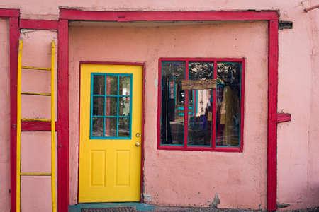 puertas antiguas: entrada de la tienda multicolor en Madrid, NM Foto de archivo