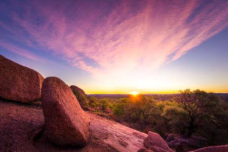 krajina: Ohromující podzim svítání v texaské vrchovině