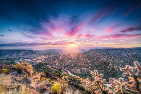 himmel mit wolken: Atemberaubende Sonnenaufgang am Punkt in der Nähe von Overlook Bandelier, NM