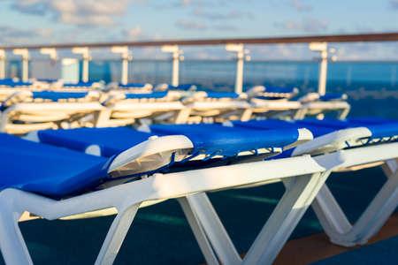 Reclining Liegen in der frühen Morgensonne auf dem Deck eines Luxuskreuzfahrtschiff gebadet