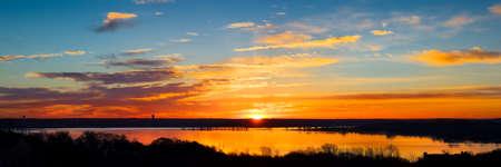 horizonte: Vivid Tejas salida del sol sobre el lago Benbrook con reflejos de colores en el agua