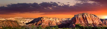 놀라운 색상과 암석을 특징으로하는 북부 뉴 멕시코의 레드 록스 지역의 늦은 오후