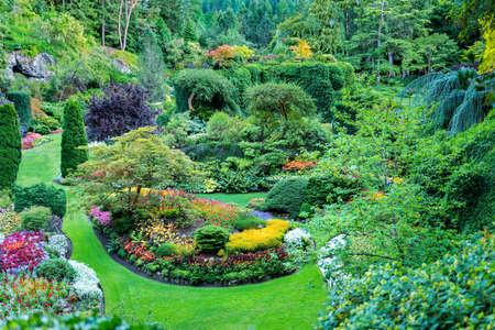 jardines con flores: Exuberantes jardines, adornados canadienses featuruing bien cuidados macizos de flores, arbustos, y árboles Foto de archivo