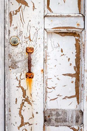 puertas antiguas: Peladura, resistido puerta y la manija oxidada en un barrio pobre de México