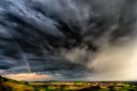 불길 한 구름과 Palouse의 Steptoe Butte에 생생한 저녁 무지개 스톡 콘텐츠